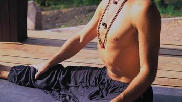 iogue sentado no parque na posição livre e aproveitando o sol