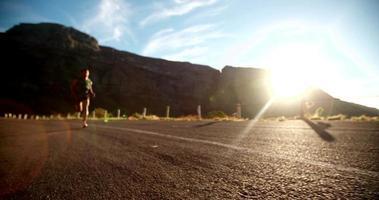 corredor afro passando correndo pela câmera em câmera lenta video