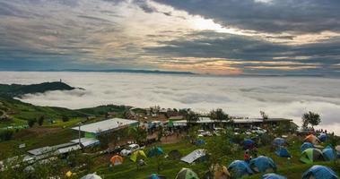 mattina in cima alla collina con nebbia di mare nuvola e piccolo villaggio
