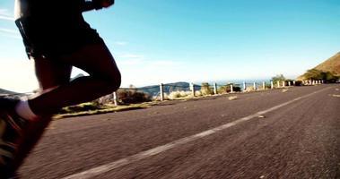 Nahaufnahme von afrikanischen laufenden Füßen auf Bergstraße in Zeitlupe