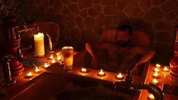 uomo felice nella spa della birra ceca a praga