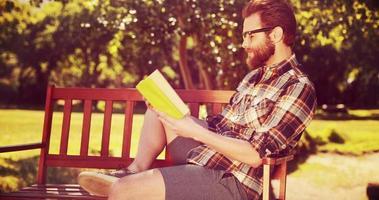 em formato 4k de alta qualidade bonito leitura hipster video