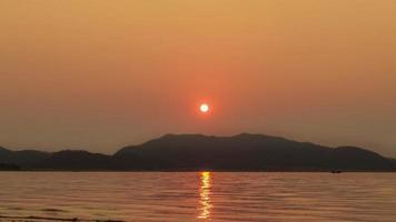 alba gialla e arancione. la luce del sole si riflette sulla superficie