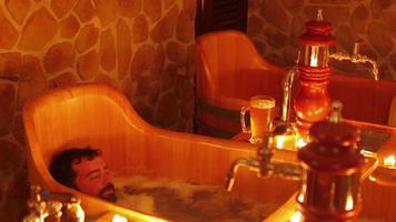 homme heureux dans le spa de la bière tchèque à prague