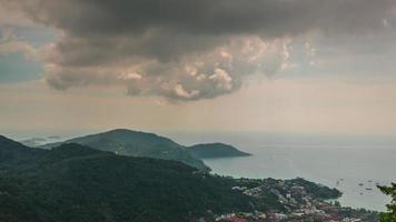 panorama della piattaforma di osservazione della baia dell'isola di phuket thailandia 4k lasso di tempo
