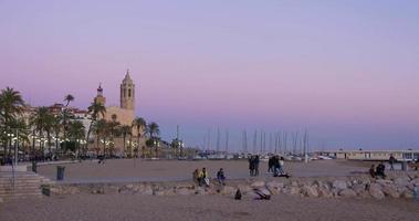Sonnenuntergang Panorama Strandblick auf berühmte Kirche 4k Spanien