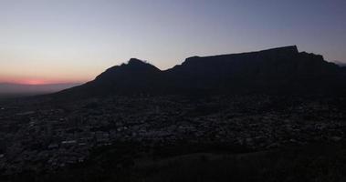 lapso de tiempo del amanecer y la montaña de la mesa ciudad del cabo, sudáfrica