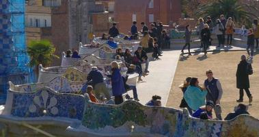 sonniger tag barcelona guell park überfüllter balkon 4k spanien