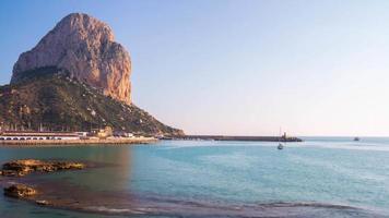 Spanien berühmten sonnigen Tag Calpe Stadt Bergküste Blick 4k Zeitraffer