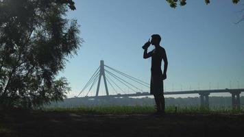 deportista con bebida al aire libre. video