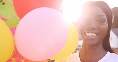ritratto di donna attraente sorride e tiene palloncino