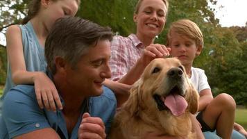 famiglia felice nel parco con il loro cane
