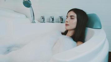 junges Mädchen streichelte sich in der Badewanne voller Schaum. Badezimmer. Befriedigung video