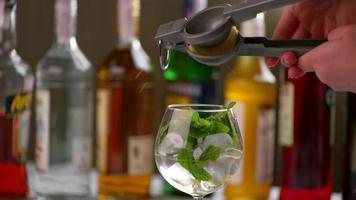 il succo di limone si versa nella bevanda. video