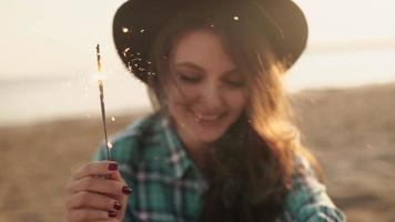 Zeitlupenclip der glücklichen und aufgeregten Frau, die feiert