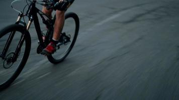 Ciclista profesional ocupado con entrenamiento físico en bicicleta video
