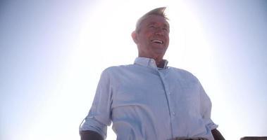 glückliche ältere Männer, die am Strand lächeln