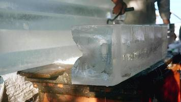 vendedor de hielo moviendo grandes bloques de hielo con un gancho