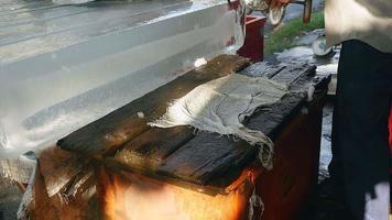 vendedor de hielo cortando bloques de hielo