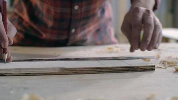 falegname marcatura pezzo di legno