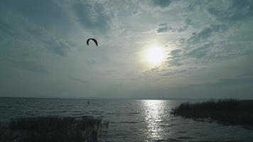 gli sportivi praticano il kitesurf nella stagione autunnale