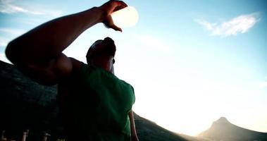 sediento atleta afroamericano beber agua con la boca abierta