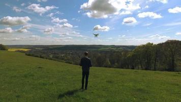 foto aérea de homem voando drone sobre o campo