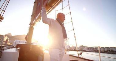 capitán del yate comprobando el equipo en el barco
