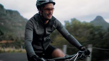 appassionato di ciclismo professionista con abbigliamento protettivo adeguato video