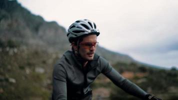 entusiasta do esporte profissional de ciclismo com roupas de proteção adequadas video