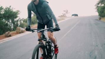 Ciclista adulto activo listo para la carretera con toda su ropa protectora video