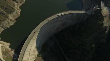 Foto aérea de 4k da barragem de vidraru e do lago de vidraru