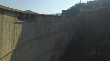 Foto aérea de 4k da barragem de vidraru e do lago de vidraru video