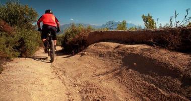 Mountainbike fahren auf unbefestigter Straße und zeigt das Reifenprofil