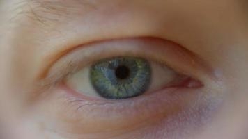 primo piano estremo dell'apertura degli occhi blu dell'uomo