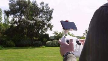 uomo volante quadcopter drone in giardino girato su r3d