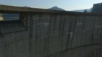 Toma aérea de 4 k de la presa vidraru y el lago vidraru video