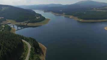 Foto aérea de 4k da represa e do lago Oasa