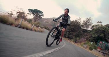 ciclista adulto ativo pronto para a estrada com todas as suas roupas de proteção video