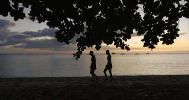 casal na praia ao pôr do sol