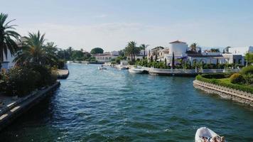 Steadicam Shot: Kanal mit der Elite Immobilien. empuriabrava, spanien, katalonien. schwimmt kleines Boot mit Touristen video
