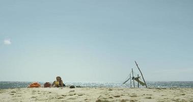 ragazza che legge sulla spiaggia