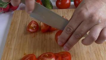 les mains de l'homme hacher la tomate video