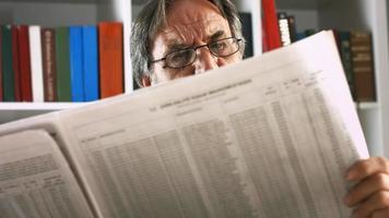 hombre mayor leyendo el periódico