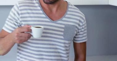gutaussehender Mann, der Kaffee trinkt video