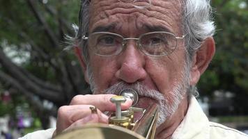 vieil homme jouant de la trompette