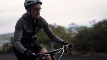 ciclista adulto attivo pronto per la strada con tutti i suoi indumenti protettivi video