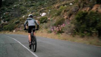 tiro dal basso del ciclista impegnato con un allenamento fitness in bicicletta
