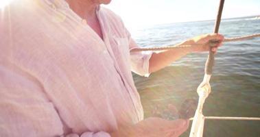 mano di un uomo su uno yacht che tiene una bussola video