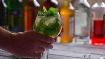 mano d'uomo prendendo il bicchiere da cocktail. video